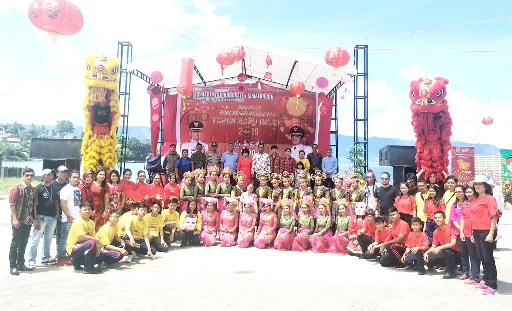 Suasana kebersamaan dan kemeriahan hiburan Hari Raya Imlek (Cap Go Meh) di  Pantai Bebas Parapat. PALAPAPOS Jes Sihotang 838d4b7f5d