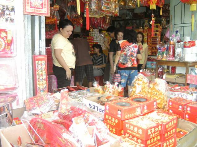 Warga etnis Tionghoa yang terlihat berbelanja kebutuhan untuk keperluan  merayakan hari Raya Imlek. PALAPAPOS Ronald Pasaribu 3103ca1306